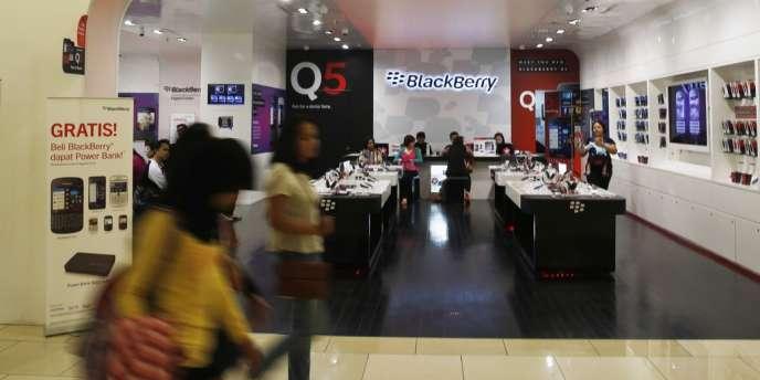 Ex-icône des télécoms, Blackberry a essuyé de lourdes pertes au deuxième trimestre de son exercice et a prévu de licencier 40 % de ses effectifs.