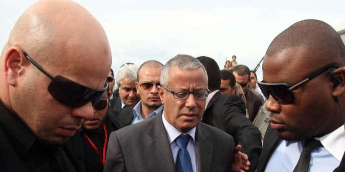 M. Ali Zeidan en décembre 2012, entre deux gardes du corps, lors des funérailles de l'ancien ministre des affaires étrangères Mansour Al-Kikhia, à Benghazi.