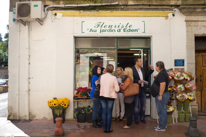 Laurent Lopez (devant la porte) et son équipe dans les rues de Brignoles, dans le Var, mercredi 09 octobre.