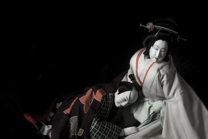 Rompant avec la tradition, Hiroshi Sugimoto a demandé à tous les manipulateurs de masquer leur visage.