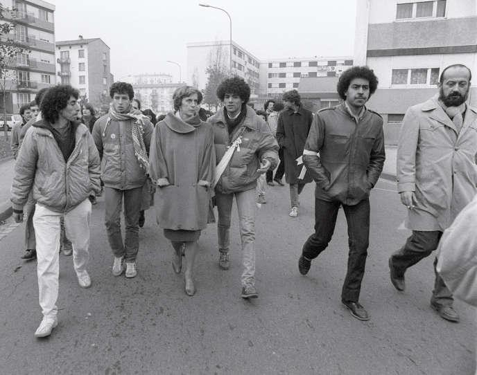 Toumi Djaidja (au centre) et la secrétaire d'Etat à la famille, Georgina Dufoix, à la marche des beurs à Strasbourg, le 20 novembre 1983.