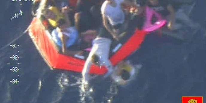 Image fournie par l'armée maltaise des secours aux naufragés d'un bateau transportant des migrants, vendredi 11 octobre.