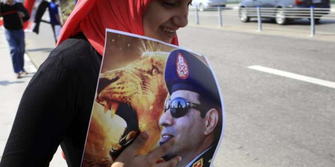 Une Egyptienne tient un portrait d'Abdel Fattah Al-Sissi, le 6 octobre au Caire.