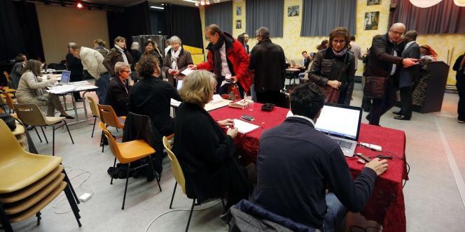Bureau de vote dans le 15e arrondissement de Paris, le 10 octobre.
