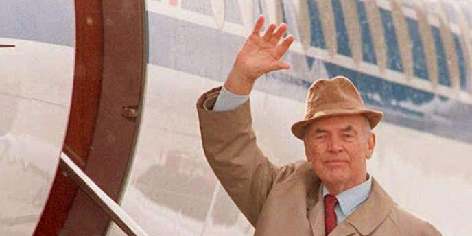 Erich Priebke avait été condamné en 1998 en Italie à la réclusion à perpétuité pour sa participation au massacre des fosses Ardéatines à Rome en mars 1944 – ici en 1995 à l'aéroport San Carlos de Bariloche (Argentine) avant de prendre l'avion pour l'Italie.