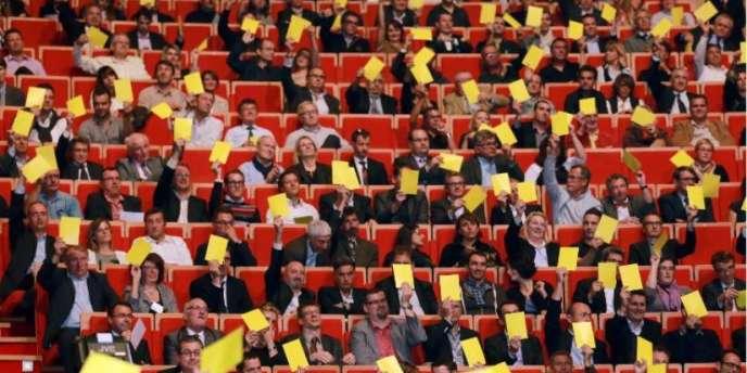 Des patrons montrent un carton jaune au président Hollande lors d'une réunion du Medef à Lyon, le 8 octobre 2013.