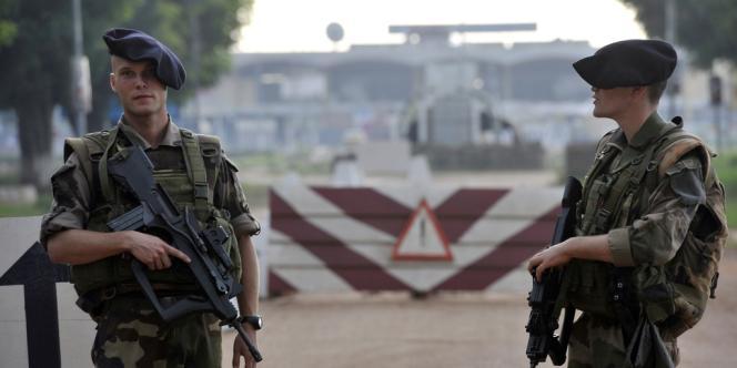 Des soldats français surveillent l'accès à l'aéroport de Bangui, le 10 octobre.