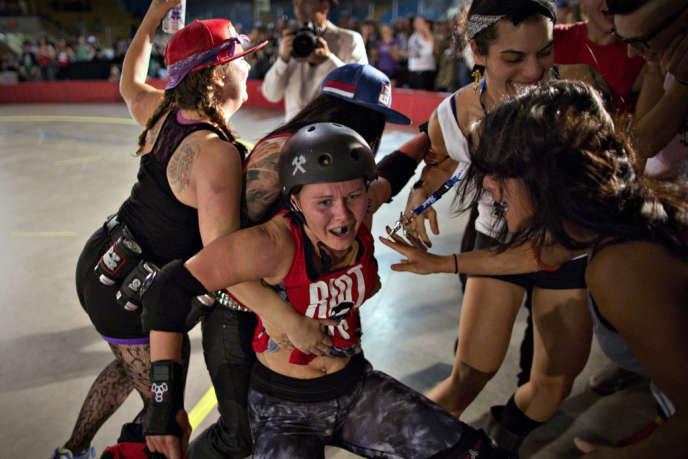 Des fans se ruent sur Justine TimberSkate lors d'un match à Vancouver le 7 septembre.