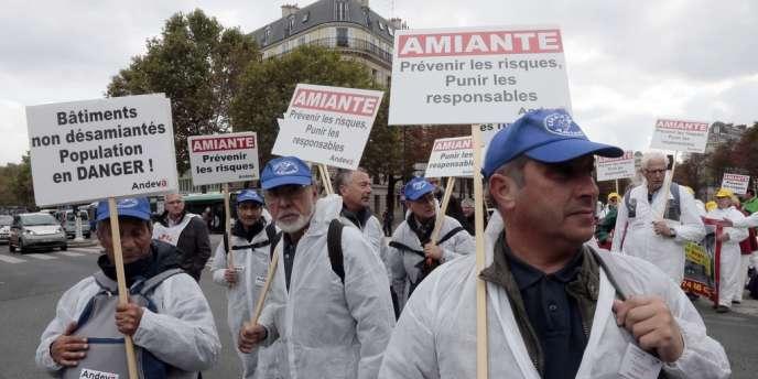 Des victimes de l'amiante ont manifesté à Paris, le 12 octobre 2013.