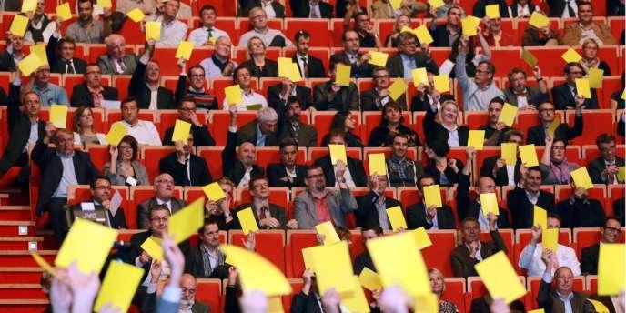 Quelque 3 000 chefs d'entreprises réunis mardi à Lyon par le Medef et la CGPME ont brandi un carton jaune, exprimant leur exaspération vis-à-vis d'une politique qui entrave selon eux l'investissement.