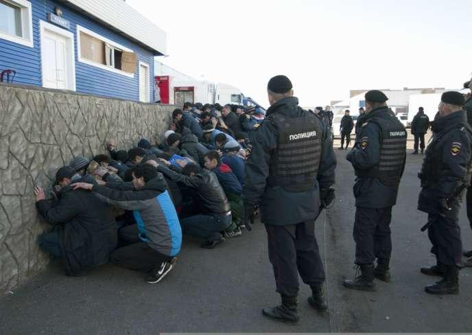 Une opération de police visant des travailleurs migrants, le 14 octobre à Moscou.