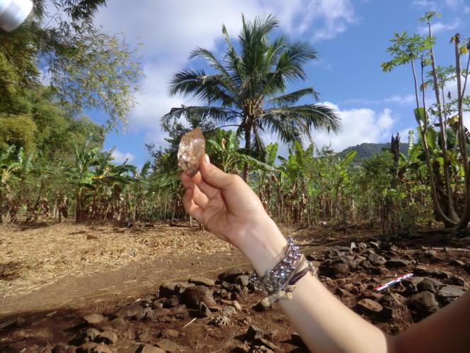 Fragment de cristal de roche découvert sur le chantier de fouilles de Dembéni (Mayotte).