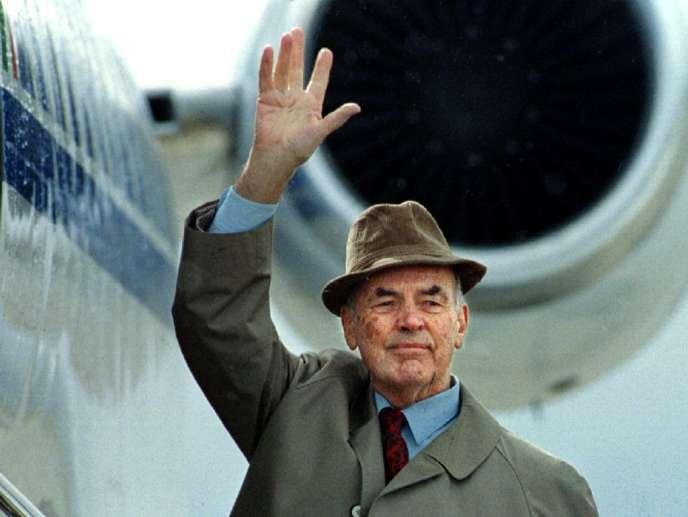 Erich Priebke lors de son extradition d'Argentine vers l'Italie, en 1995.