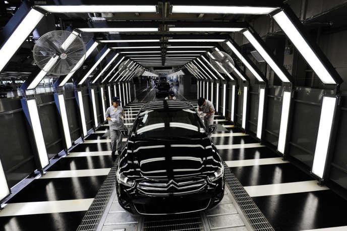 Ligne d'assemblage de l'usine DPCA (Dongfeng Peugeot Citroën Automobile), à Wuhan, en Chine.
