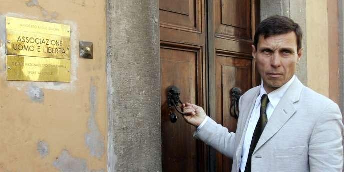 L'un des avocats d'Erich Priebke, Paolo Giachini, devant la porte du studio où l'ancien officier nazi a vécu ses quinze dernières années en résidence surveillée, à Rome.