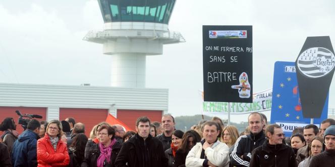 Environ 300 salariés des sociétés agroalimentaires bretonnes ont bloqué l'aéroport de Brest lundi 14 octobre.