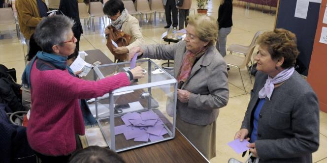 Dans un des bureaux de vote de la cantonale partielle à Brignoles, dimanche 13 octobre.