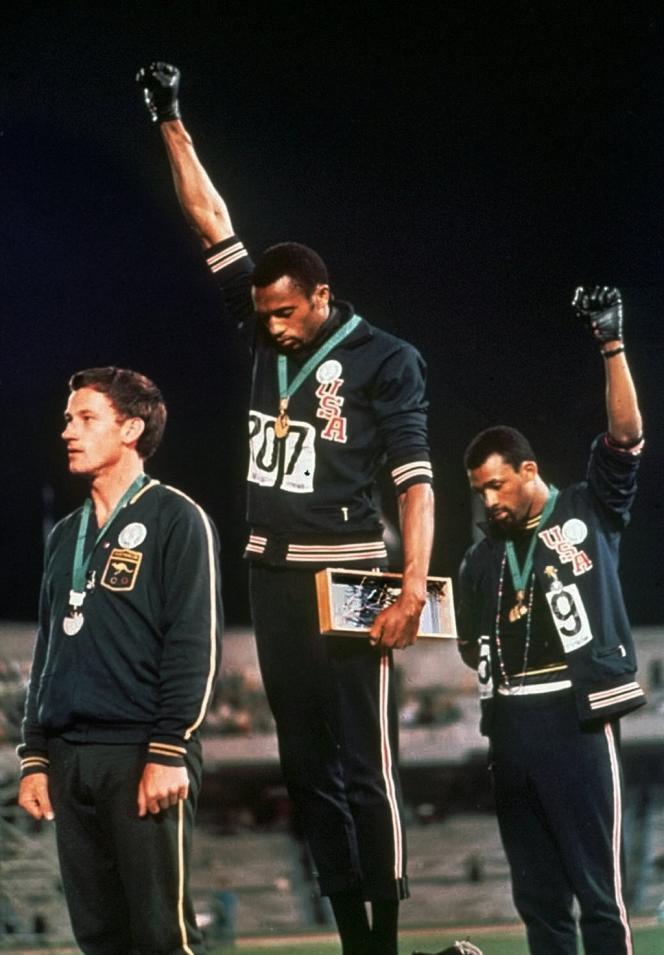 Tommie Smith et John Carlos, poings levés à Mexico, le 16 octobre 1968.