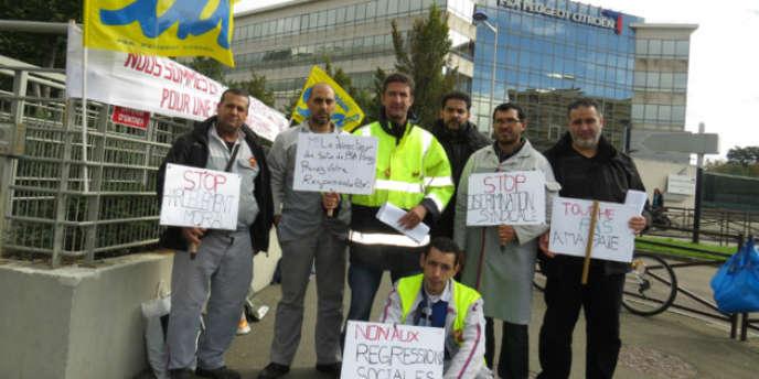Les salariés syndiqués chez SUD-Auto devant l'usine PSA à Poissy, le 18 septembre dernier.