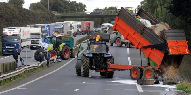Des agriculteurs et représentants du secteur agroalimentaire en crise ont bloqué la RN12 à Morlaix (Finistère) lundi et mercredi pour alerter l'opinion.