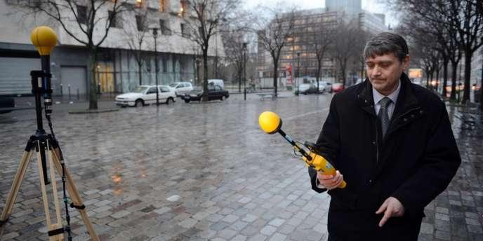Un technicien de l'Agence nationale des fréquences mesure les émissions et les champs magnétiques à proximité d'une antenne-relais, à Paris.