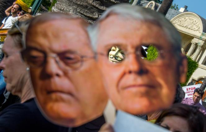 Une manifestation contre les frères Koch, en mai, alors que ceux-ci s'étaient déclarés intéressés par l'achat du