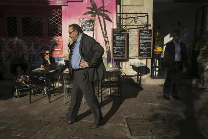 Patrick Mennucci en campagne cours Julien, à Marseille, le 16 octobre.
