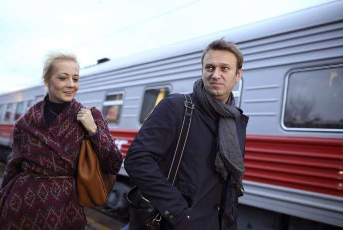 Alexeï Navalny et sa femme Ioulia, à leur arrivée à Kirov, mercredi 16 octobre, pour le procès du blogueur russe.