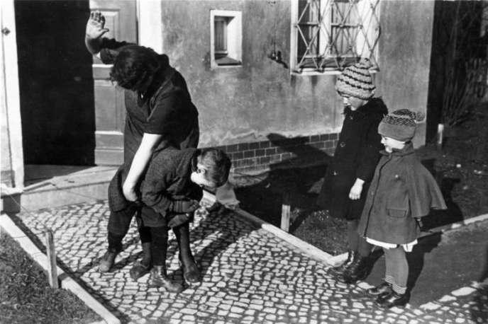 Une fessée en Allemagne, vers 1935.
