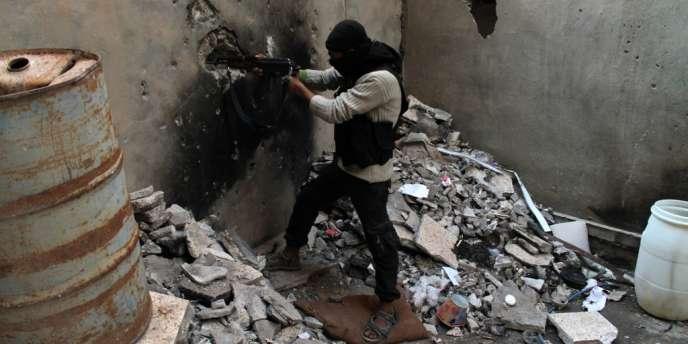 Un insurgé sur la ligne de front de Deir Ezzor, dans le nord-est de la Syrie, le 15 octobre.