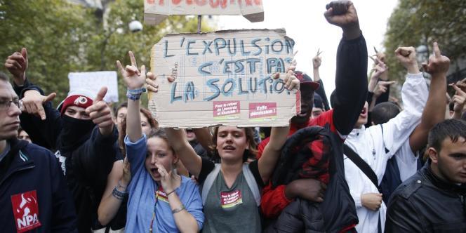 Des lycéens manifestent contre les expulsions de Leonarda et de Khatchik, jeudi 17 octobre à Paris.