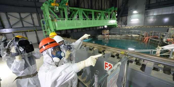 Le gouverneur de Fukushima inspecte les réservoirs d'eau dans la centrale de Fukushima, le 15 octobre.