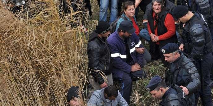 Les forces de l'ordre roumaines tentent, le 16 octobre, de contenir des manifestants qui barrent l'accès d'un champ de la commune de Pungesti (nord-est) où doit être foré le premier puits d'exploration de gaz de schiste du pays par le géant américain Chevron.