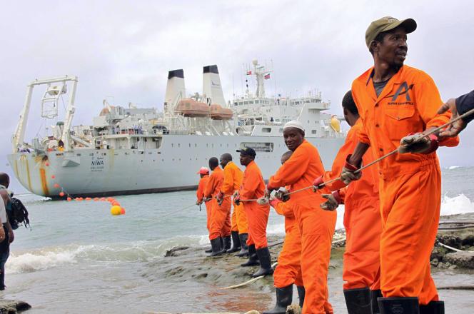 Mise en place d'un câble sous-marin au Kenya, en 2009.