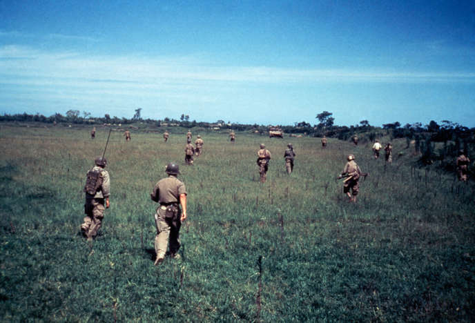 La dernière images prise par Robert Capa, le 25 mai 1954, en Indochine, peu avant de sauter sur une mine.