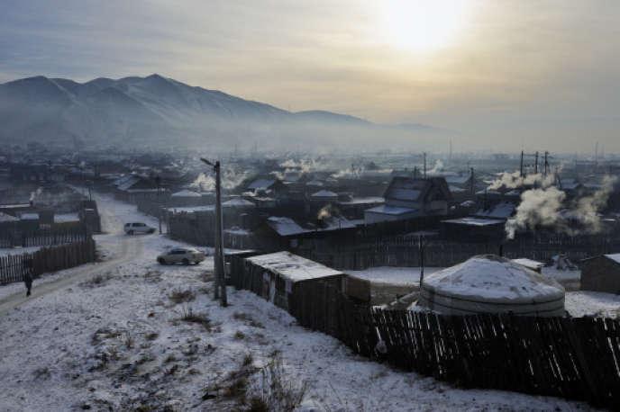 Environ 60 % des habitants d'Oulan-Bator vivent dans des yourtes chauffées par un poêle à charbon.