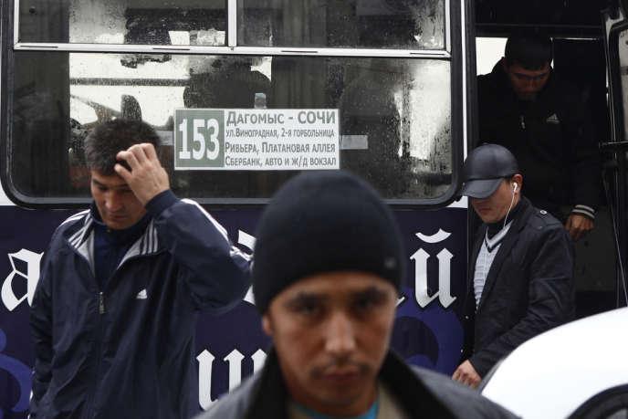 Des travailleurs immigrés après leur détention à Sotchi, le 24 septembre.