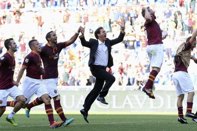 Rudi Garcia au milieu de ses joueurs après la victoire sur le frère ennemi de la Lazio (2-0), le 22 septembre au stade olympique de Rome.
