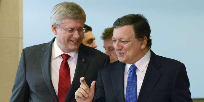 Le premier ministre canadien, M. Harper (à gauche), en compagnie du président de la Commission européenne, M. Barroso, le 18 octobre à Bruxelles.