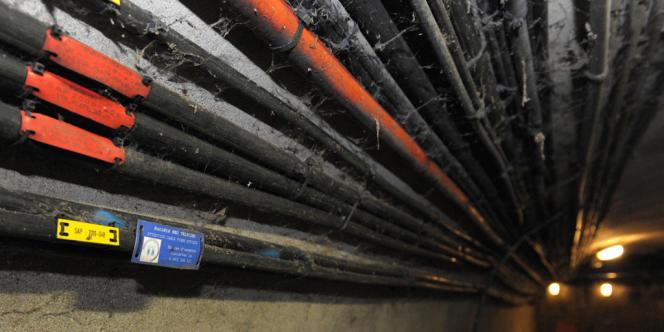 Câbles équipés en fibre optique, dans les égouts de Paris.