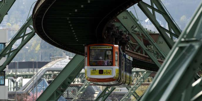 Le monorail de Wuppertal, ville de l'ouest de l'Allemagne, en avril 2012.