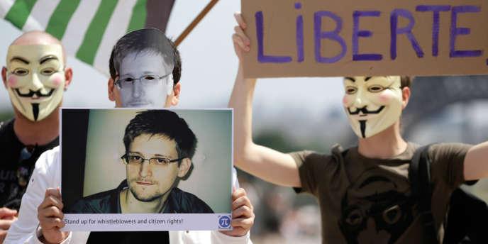 Manifestation en soutien à Edward Snwoden, place du Trocadéro à Paris, le 7 juillet.