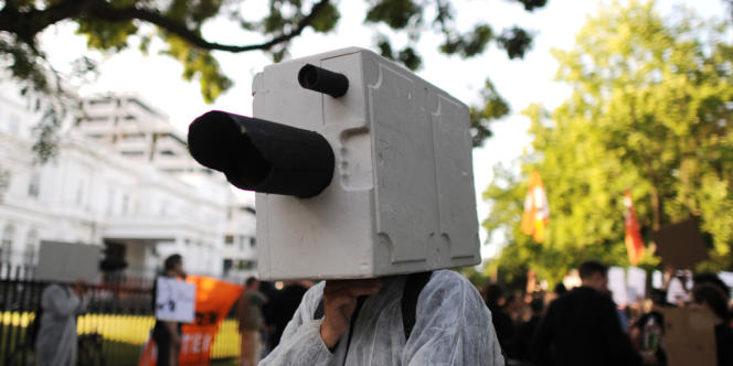 Un manifestant dénonce les méthodes de surveillance de la NSA, devant l'ambassade des Etats-Unis, en Allemagne, en juillet.