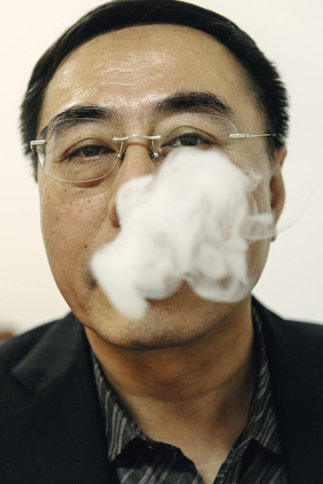 En septembre, l'inventeur chinois de  l'e-cigarette  a revendu  sa société au numéro deux européen des cigarettiers -