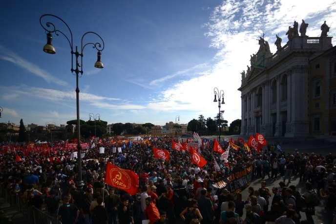 Des dizaines de milliers de personnes ont manifesté à Rome samedi 19 octobre pour protester contre la politique d'austérité.