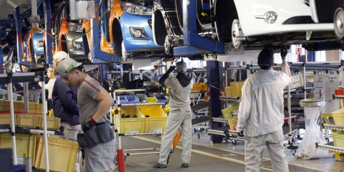 Ouvriers dans l'usine PSA de Poissy, en 2012.