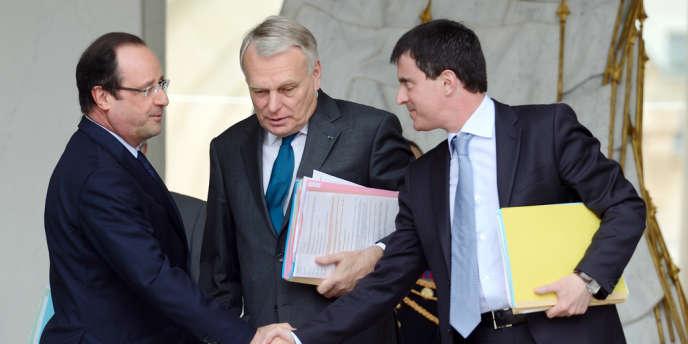 François Hollande, Jean-Marc Ayrault et Manuel Valls, sur le perron de l'Elysée, le 12 juin.