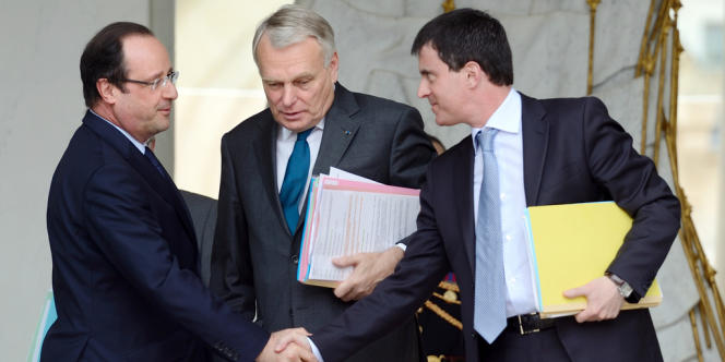 François Hollande, Jean-Marc Ayrault et Manuel Valls à la sortie du conseil des ministres du 12 juin 2013.