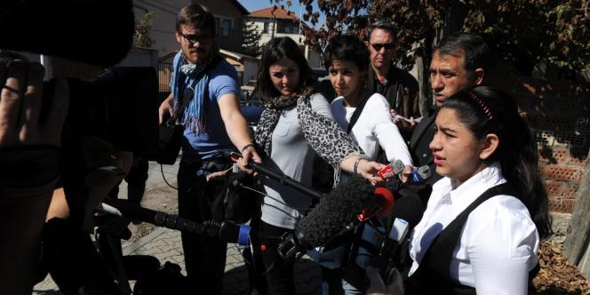 Leonarda Dibrani répond aux questions des nombreux journalistes venus au Kosovo interroger sa famille, vendredi 18 octobre.