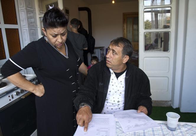 Les parents Dibrani montrent le certificat de naissance italien de leur fille Leonarda.